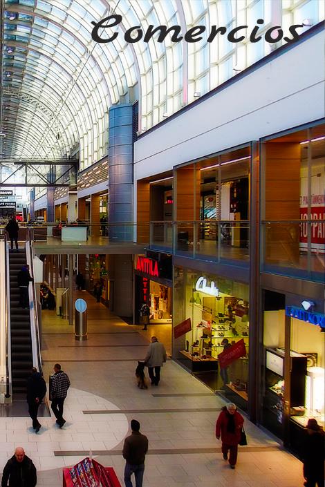 Vista del pasillo central de un centro comercial