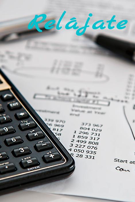 Calculadora boligrafo y facturas de trabajo de asesoramiento fiscal y tributario