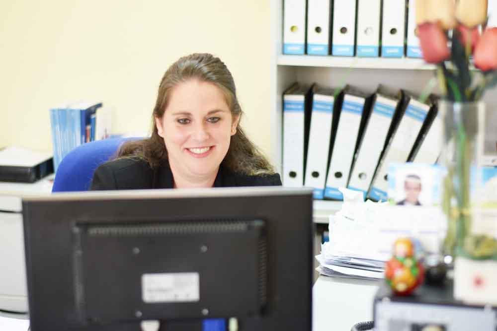 Ruth Bardera trabajando frente a un ordenador el el departamento Laboral de GescomSL